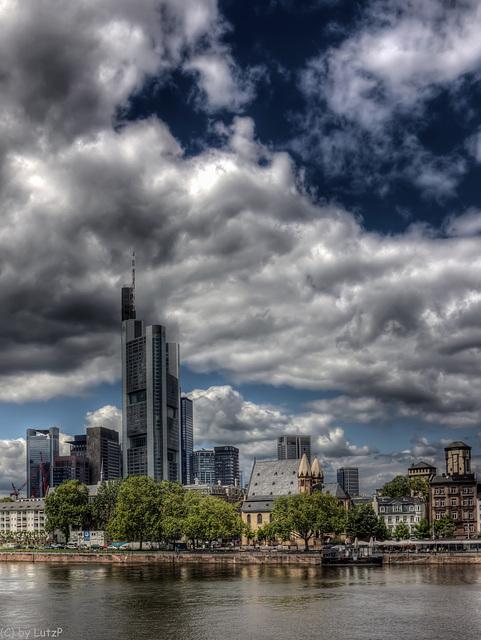 Dunkle Wolken über Bankfurt / Dark Clouds over Bankfurt (315°)