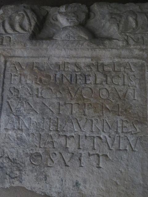 Musée archéologique de Split : CIL III, 1901, p. 1499, 2328, 120).