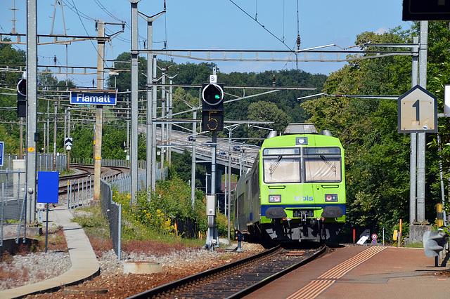 Die S2 von Bern nach Laupen beim Bahnhof Flamatt