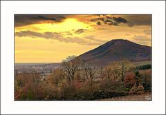 Coucher de soleil d'automne voilé  entre montagne et plaine d'Alsace