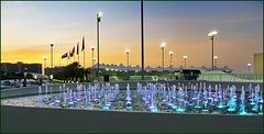 AbuDhabi : Sul terrazzo all'ingresso del Viceroy hotel si può ammirare una parte  del circuito  del Grand Prix alla luce di questo spettacolare tramonto
