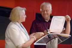 Barbara Pietrzak transdonas Premion Cigno 2014 al Stano Marček, prezidanto de Slovaka Esperanto-Federacio