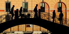 Fussgänger auf der Brücke