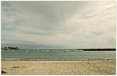 Une averse,, sur la petite baie ,, l'océan barbouillé