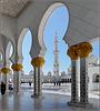 AbuDhabi : minareto, cupole, colonne, piazzale in mosaico fiorato