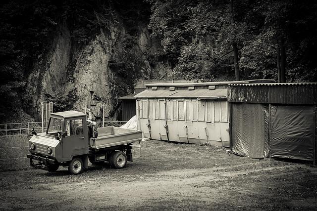 Multicar und ein alter Bahnwagen (PIP in Fabe)