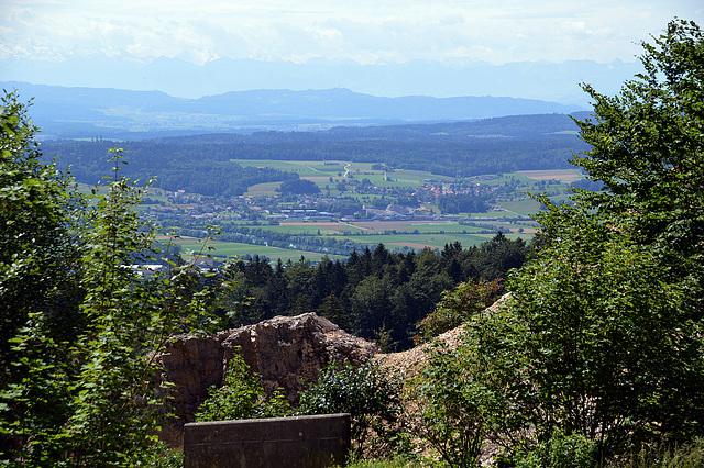 Blick ins Mittelland im Vorgergrund teil der Gemeinde Oberdorf, dahinter die Voralpen, und im Dunst noch zu erkennen die Hochalpen