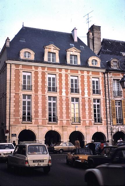 Paris (75)  18 mai 1977 . la Place des Vosges. (diapositive numérisée).