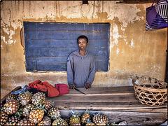 Vendeur d'ananas désoeuvré