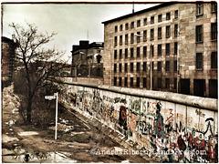 Berlin 1984. Zu jener Zeit unterbrochene Kreuzung zwischen Wilhelmstrasse und Niederkirchenstrasse
