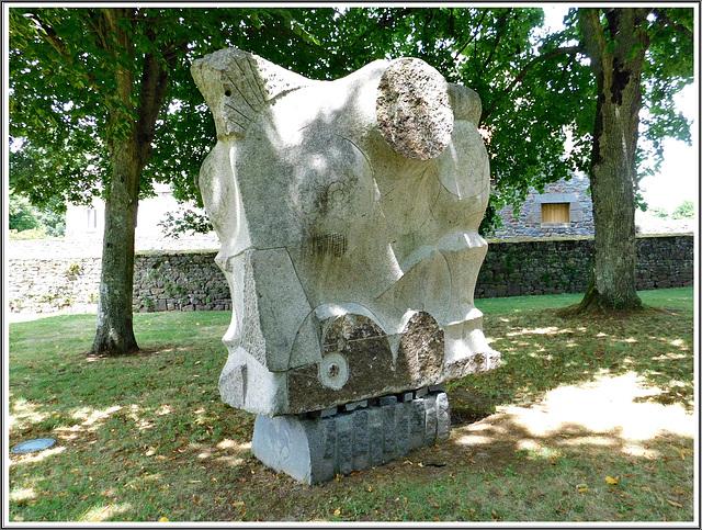 Le soleil noir: sculpture au jardin de Lanhelin en Bretagne