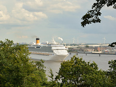 Kreuzfahrer verlässt Hamburg - Cruiser leaving Hamburg
