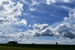 Blauer Himmel und dunkle Wolken