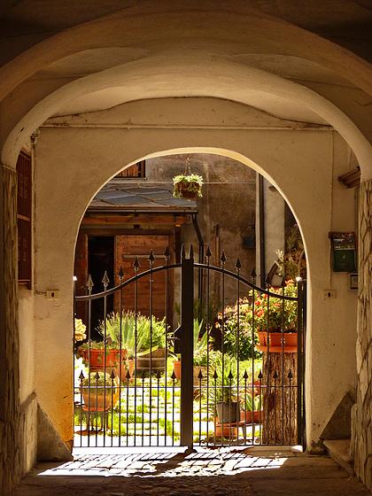 Oulx : un cortile nel paese vecchio - (721)
