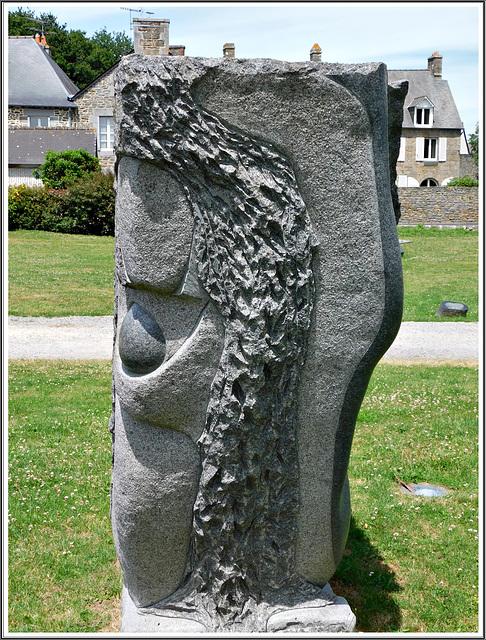 L'éventail ( vue de profil ) au jardin de granit à Lanhélen en Bretagne.