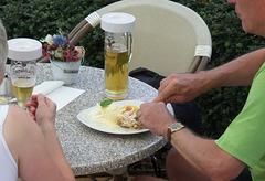 Uupps:  Vanille-Eis & Sahne & Strudel zum Radeberger Pils -Uurrps!!