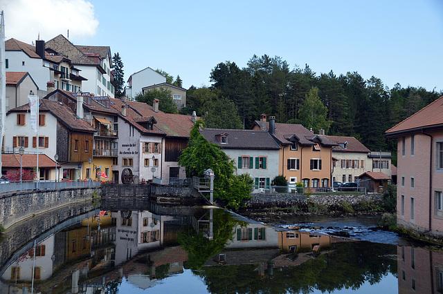 Spegelung der Häuser von Vallorbe im Floss  L`Orbe