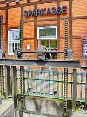 Lübz, vor dem Eingang in die Sparkassen-Mühle