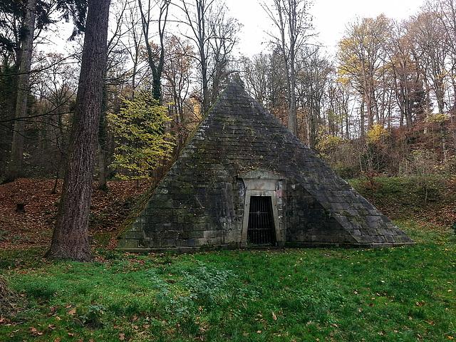 20151108 141337Hw [D~HM] Mausoleum, Hämelschenburg, Emmerthal