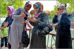 Alanya : queste signore turche controllano le foto appena scattate alle rapide spettacolari