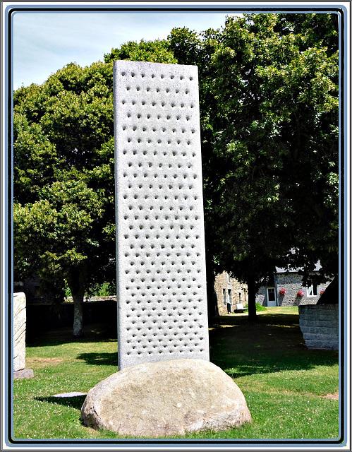 Le mur du silence: sculpture au jardin de granit à Lanhélin en Bretagne