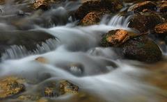 Steine im samtigen Wasser