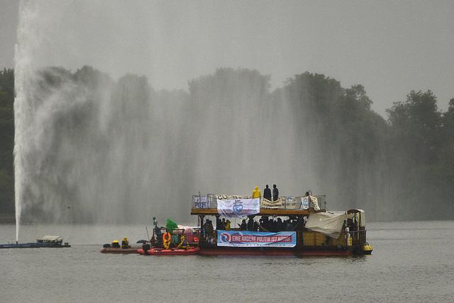 Attac Protestboot trotzt Regen und Alsterfontäne