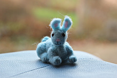 Blauer Filz-Hase