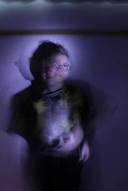 B: Hacer intervalos de iluminación con flashes externos o hacer intermitente la fuente de luz/exposiciones largas