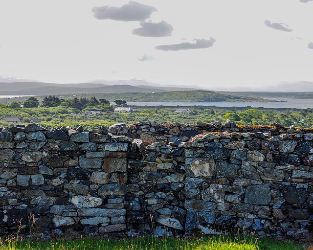 Steinmauerdurchgang